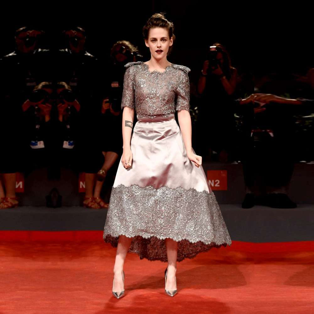 Kristen Stewart con look glam rock sul red carpet