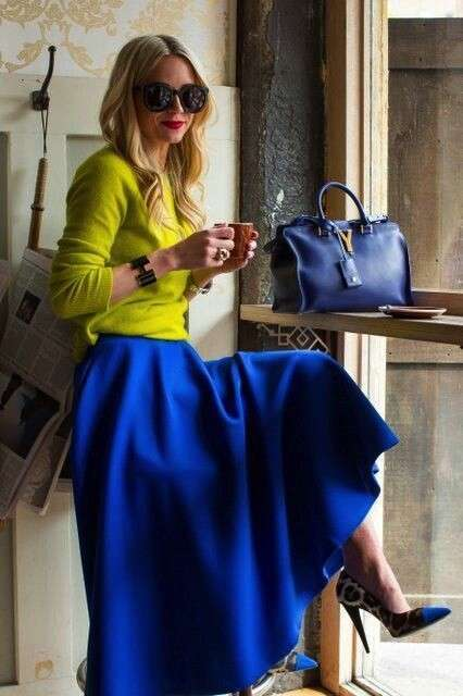 Look giallo e blu e borsa in pendant