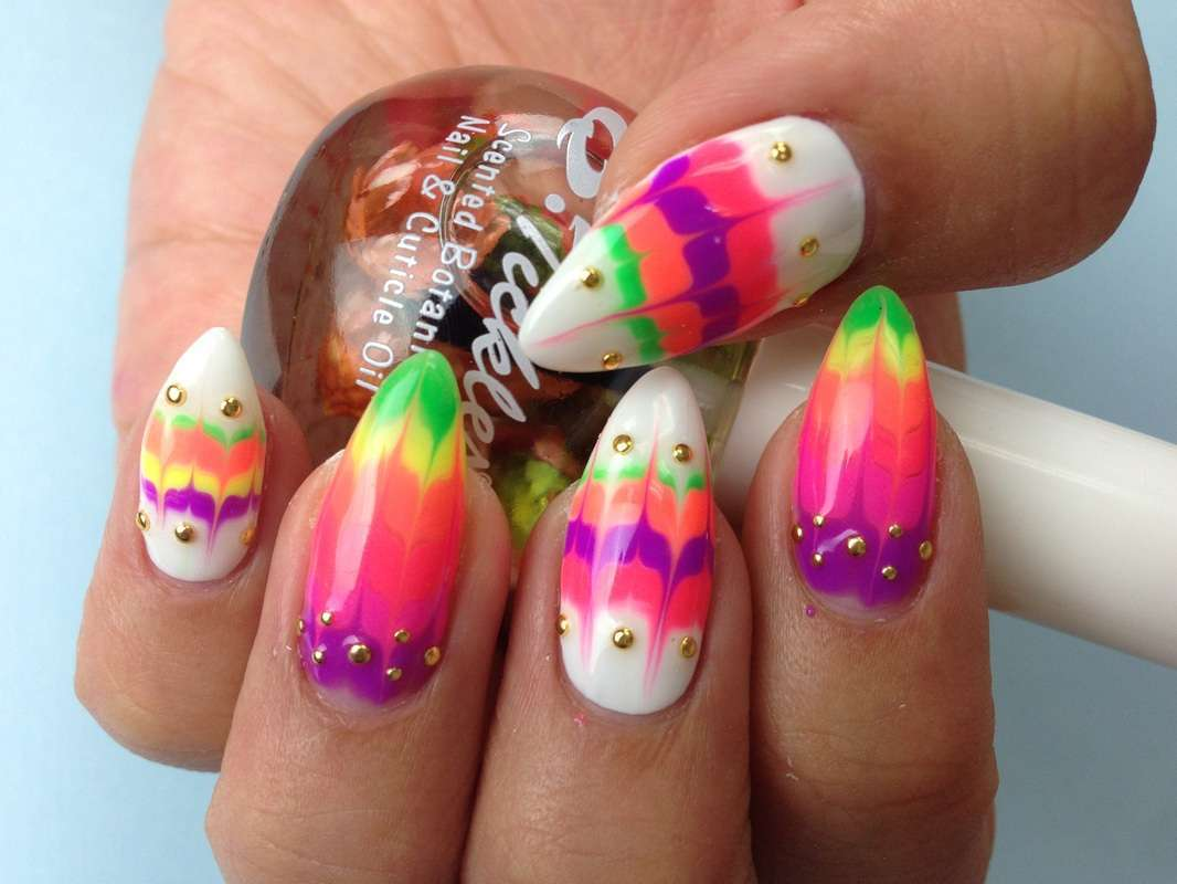 Nail art Kawaii con borchie color oro