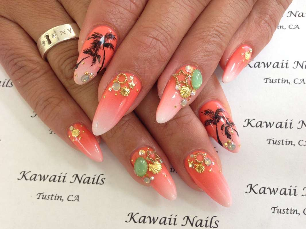 Nail art Kawaii con conchiglie e palme