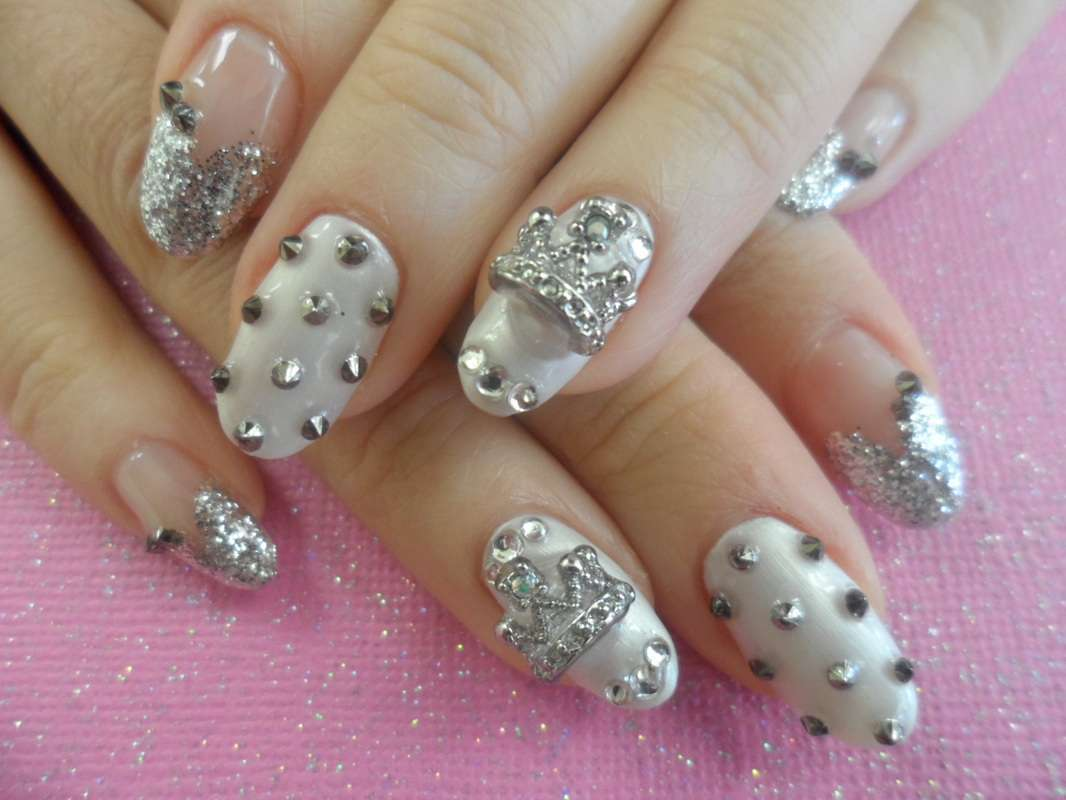 Nail art Kawaii con corone d