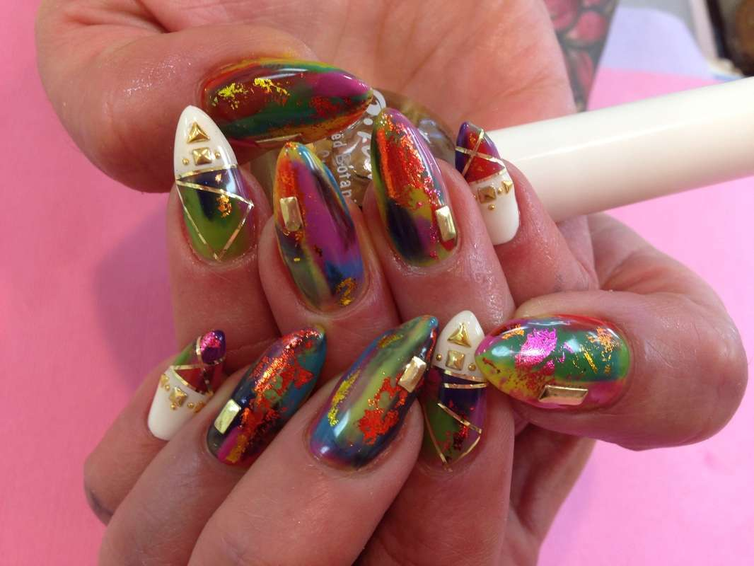 Nail art Kawaii con graffiti