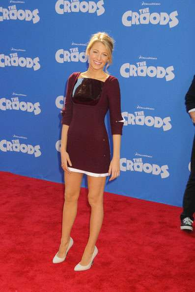 Il mini abito bordeaux di Blake Lively