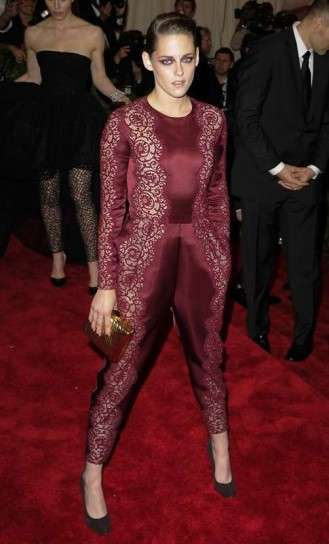 Kristen Stewart in total look bordeaux