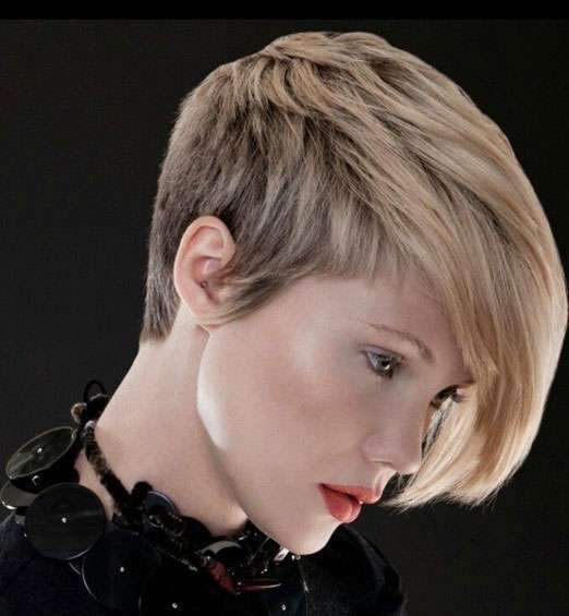Pixie cut con ciuffo laterale