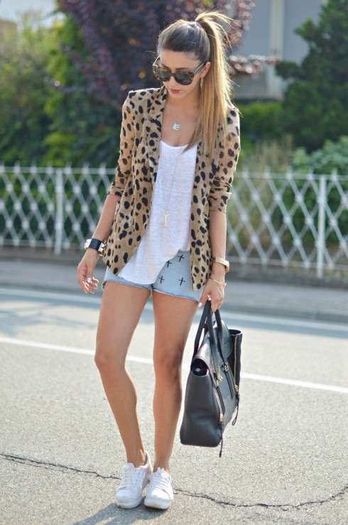Giacca animalier e shorts di jeans