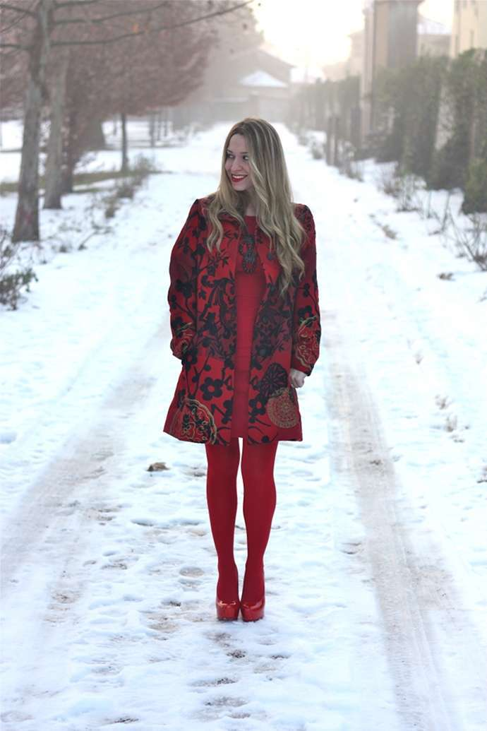 Look total red con cappotto stampato