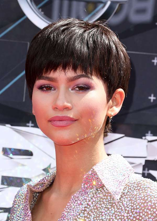 Zendaya con i capelli corti e make up nude