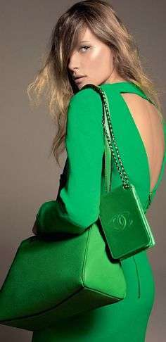 Abito e pochette color Greenery