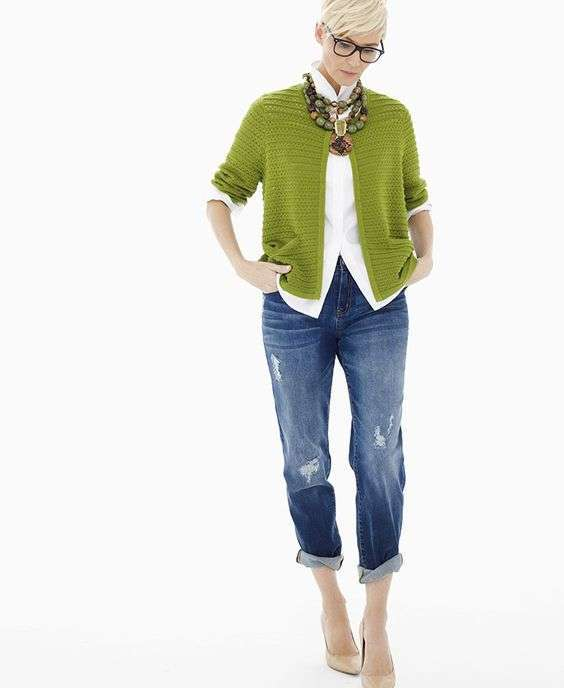 Cardigan color Greenery e camicia bianca