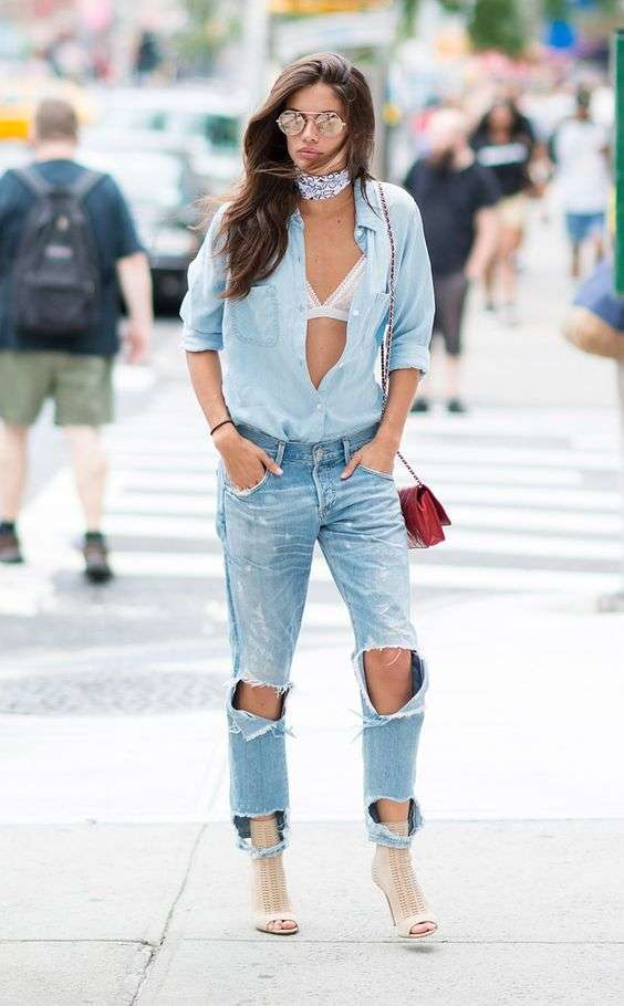 Look in denim con jeans strappati