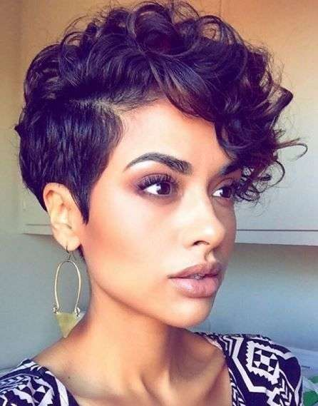 Pixie cut con rasatura laterale