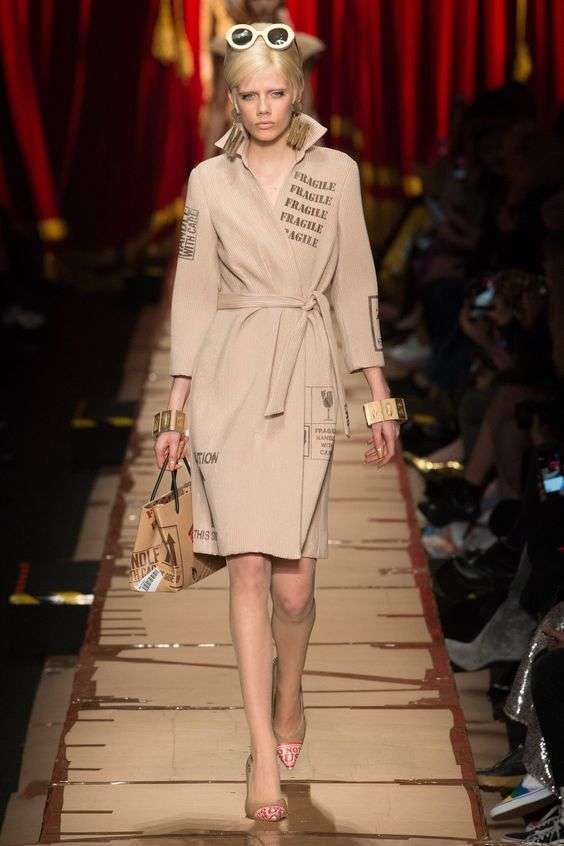 Trench beige con stampe