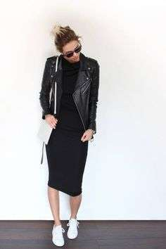 Look total black con giacca di pelle