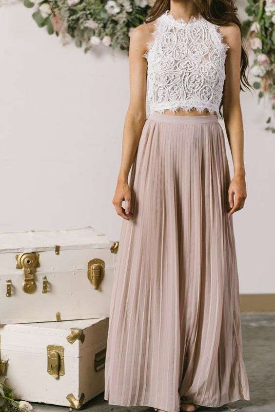 Gonna a pieghe rosa e crop top in pizzo