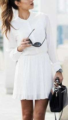 Look total white con gonna a pieghe