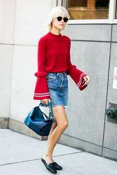 Pullover rosso e shorts in jeans