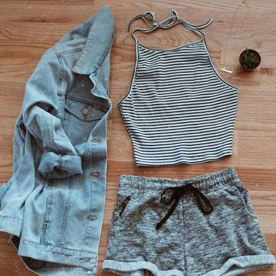 Crop top a righe con shorts