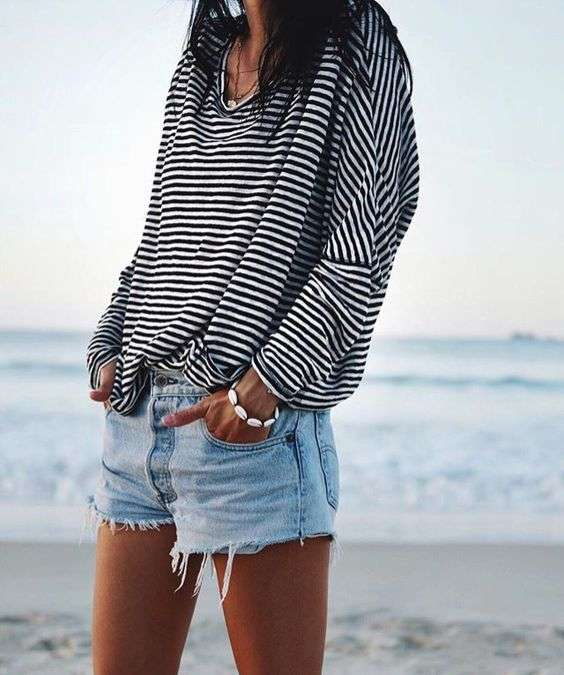 T-shirt oversize a righe e shorts in denim