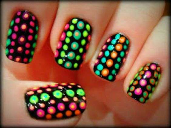 Nail art a pois fluo