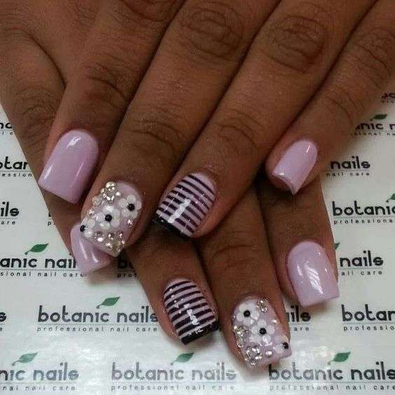 Nail art rosa a strisce con strass