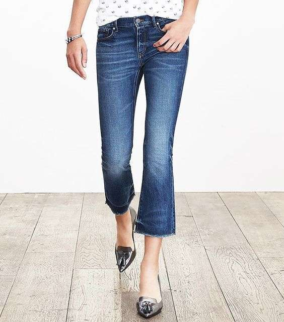 Look con cropped flare jeans