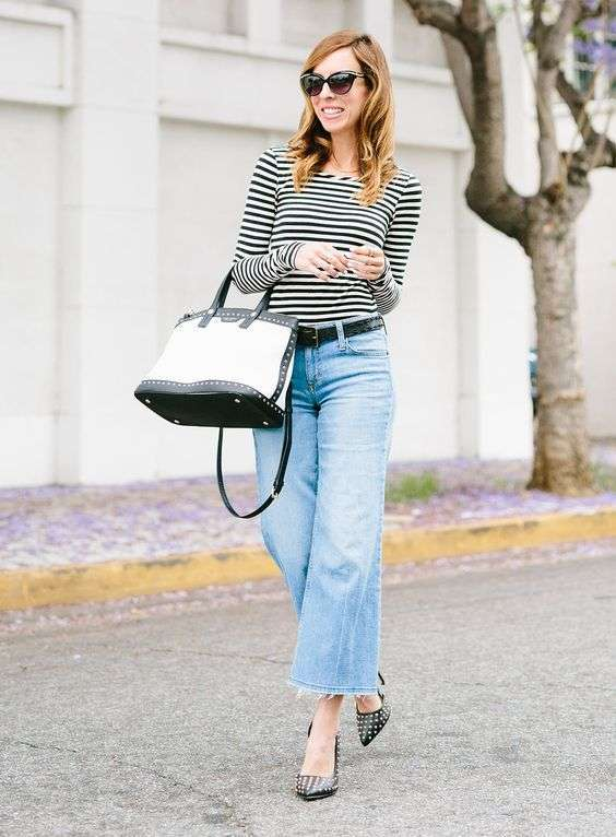 Cropped flare jeans con t-shirt e decollete