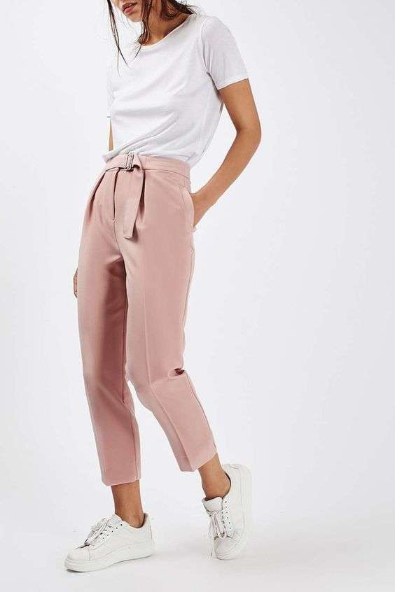 Pantaloni color pastello e t-shirt bianca