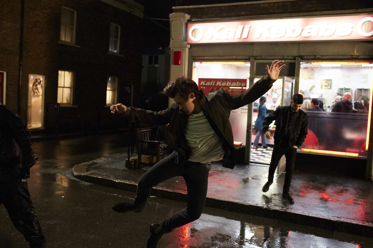 One Direction Midnight Memories video - Harry Styles salta