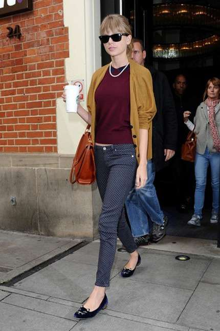 Taylor Swift look con cardigan