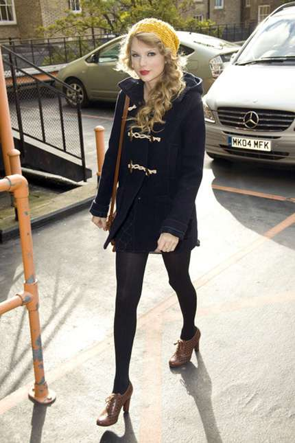 Taylor Swift look con cappotto e francesine con tacco