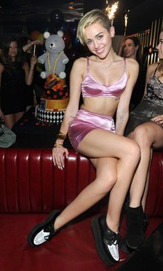 3_Miley Cyrus in lingerie rosa