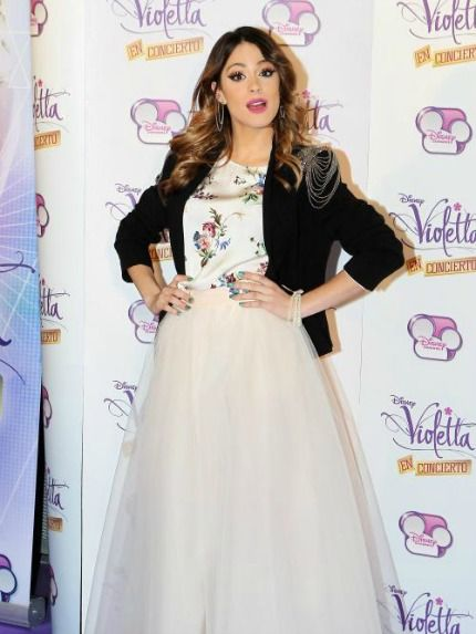 Martina Stoessel con gonna lunga in tulle