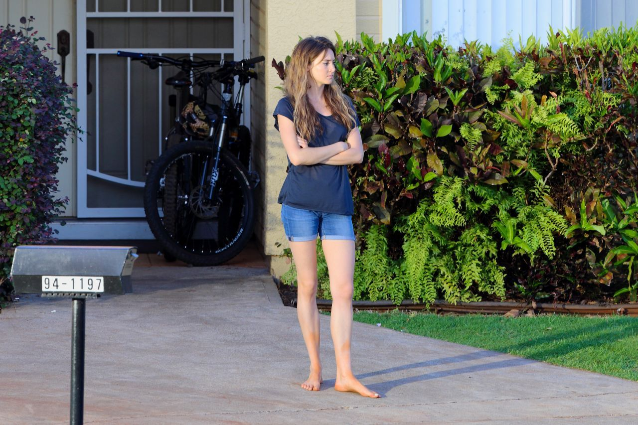 shailene woodley in shorts on the set of snowden in honolulu_5